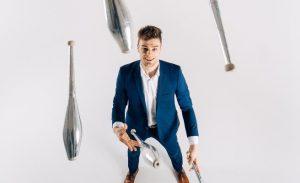 Jongleur Bart Hoving jongliert 5 Keulen